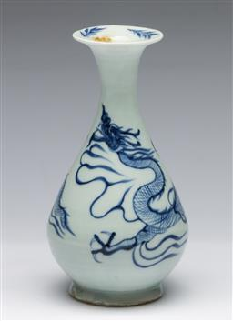 Sale 9173 - Lot 59 - A Chinese blue and white ceramic vase featuring a dragon (H 18cm