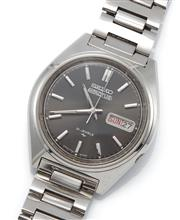 Sale 9074 - Lot 345 - A VINTAGE SEIKO 5 ACTUS AUTOMATIC WRISTWATCH; ref; 7019-8010 in stainless steel with black sunburst dial, applied markers, center se...