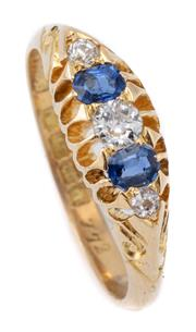 Sale 8999 - Lot 378 - AN EDWARDIAN STYLE 18CT GOLD SAPPHIRE AND DIAMOND RING; belcher set with 3 Old European cut diamonds totalling approx. 0.16ct adjace...