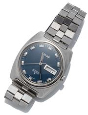 Sale 9046 - Lot 535 - A VINTAGE SEIKO AUTOMATIC WRISTWATCH; ref; 5606-8010 in stainless steel with square cushion form case, blue round dial, center secon...