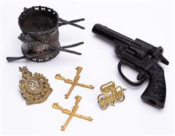 Sale 9185E - Lot 100 - A small collection of gun and rifles themed items including napkin holder, pair of Swann & Hudson crossed rifles badges and others