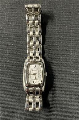 Sale 9254 - Lot 2269 - Fossil ladies watch in box with extra links -