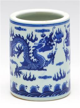 Sale 9253 - Lot 111 - A dragon themed Chinese blue and white brush washer (H:14cm)