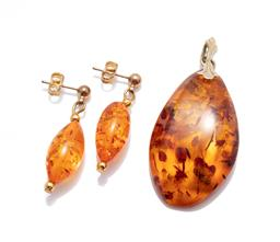 Sale 9253J - Lot 501 - AN AMBER PENDANT AND EARRINGS; freeform reconstituted amber pendant with 8ct gold bale, size 50 x 24mm, and ovoid reconstituted ambe...