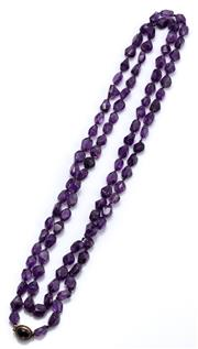 Sale 9090J - Lot 311 - AN AMETHYST NECKLACE WITH GOLD CLASP;  9 x 7 - 11 x 8mm lightly faceted freeform polished beads to a 9ct gold cabochon amethyst set...
