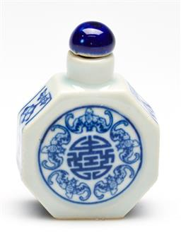 Sale 9253 - Lot 242 - A porcelain blue and white Chinese snuff bottle (H:7cm)