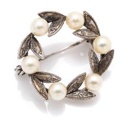 Sale 9099 - Lot 151 - A circular silver leaf brooch with pearl enhancement, diameter 2.8cm, total weight 3.67g
