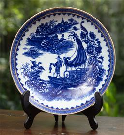 Sale 9120H - Lot 27 - A Dr. Wall period Worcester blue and white dish decorated with maritime scene and gilt rim, Diameter 18cm