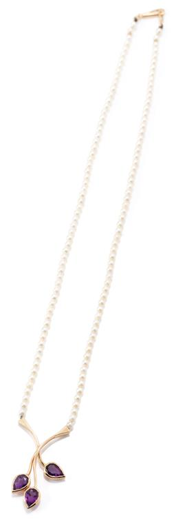 Sale 9164J - Lot 466 - A 14CT GOLD AMETHYST AND PEARL NECKLACE; 2.8mm cultured pearls to unusal gold bolt clasp, length 40cm, centre attached with a 35 x 1...