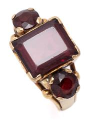 Sale 9020 - Lot 368 - AN 18CT GOLD VINTAGE GARNET COCKTAIL RING; set across the top with an emerald cut and 2 round cut garnets to tapering split shank, s...