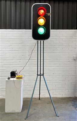 Sale 9117 - Lot 1056 - 3-Light Traffic Control Light on Tripod Stand, including remote (h300cm) (working order, battery not included)