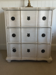 Sale 8677B - Lot 924 - Pair of ivory shabby chic bedsides with three drawers. 80 x 70 x 30cm
