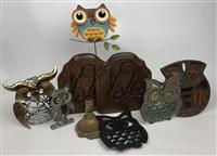 Sale 8725A - Lot 60 - A small group of decorative owl themed wares including metal trivets, ashtray, bookends etc,