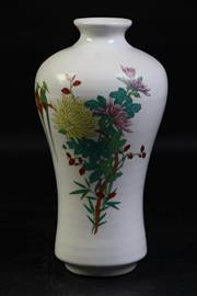 Sale 8997A - Lot 665 - A Vintage Chinese Bird And Flower Themed Vase H: 24cm