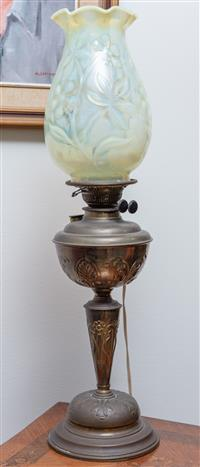 Sale 8963H - Lot 39 - An Edwardian chased brass kerosene lamp (converted to electricity), duplex burner and floral Vaseline shade, Height 71cm