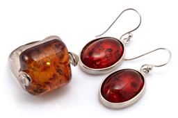 Sale 9164J - Lot 349 - STERLING SILVER AMBER RING AND EARRINGS; ring featuring 18 x 18mm square cabochon reconstituted amber in silver frame to shoulders s...