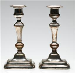 Sale 9209 - Lot 99 - A pair of silverplated candlesticks (H:27cm)