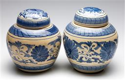 Sale 9253 - Lot 218 - A pair of blue and white ceramic Chinese lidded urns (H:26cm)