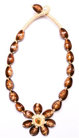 Sale 9136 - Lot 246 - A Tahitian shell necklace