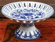 Sale 8942H - Lot 94 - A large blue and white fruit bowl on stand, diameter 31cm, Height 18cm