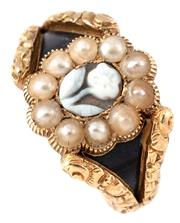 Sale 9095 - Lot 375 - AN 18CT GOLD GEORGIAN STONE SET MOURNING RING; centring a natural pearl cluster around a flower engraved banded agate to split shoul...