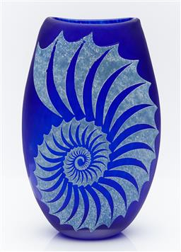 Sale 9162H - Lot 46 - Nautilus hand blown and engraved flat vase by Sean ODonoghue, Noosa Master Glassblower, trained at Waterford Crystal, H 20 cm