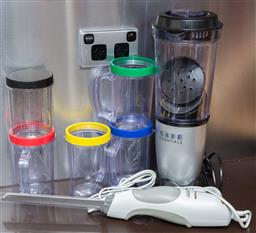 Sale 9165H - Lot 186 - A Cafe essentials blender with attachments and to go cups together with a Sunbeam electric carver.