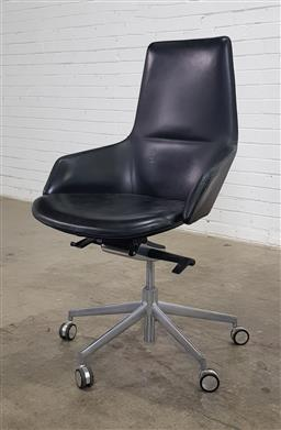 Sale 9171 - Lot 1064 - Arper office chair in black leather upholstery (h:107 x w:64 x d:56cm)