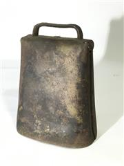 Sale 8600A - Lot 17 - Vintage rustic metal cow bell, H 16cm including handle.