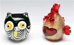 Sale 9164 - Lot 353 - Art glass chicken together with an owl (H:15cm and 11cm)