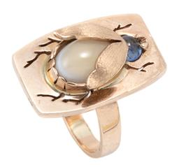 Sale 9168J - Lot 386 - A GOLD GEMSET INSECT RING; set in 9ct gold with a cabochon blue sapphire head and a cabochon banded white agate abdomen on a pierced...
