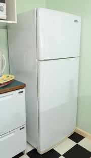 Sale 8677B - Lot 811 - A Westinghouse 4 litre frost free fridge model no RJ422, together with a Sterling microwave.
