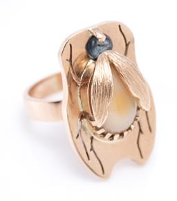 Sale 9194 - Lot 348 - A 9CT GOLD GEMSET INSECT RING; body and head set with a cabochon blue sapphire and agate, width 22.5mm, size J, wt. 9.10g.