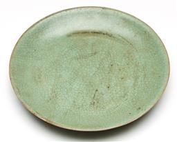 Sale 9253 - Lot 100 - A crackle glazed Chinese plate (Dia:18cm)