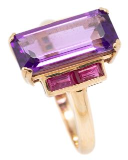 Sale 9149 - Lot 369 - A LATE DECO STYLE AMETHYST AND RUBY RING; set in 9ct rose gold with an emerald cut amethyst of approx. 3.50ct to shoulders set with...