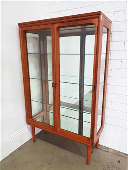 Sale 9188 - Lot 1251 - Mirrored back Chiswell display cabinet (h:132 x w:79 x d:37cm)
