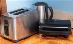 Sale 9120H - Lot 394 - A group of kitchen electronics including kettle, toaster, and sandwich press