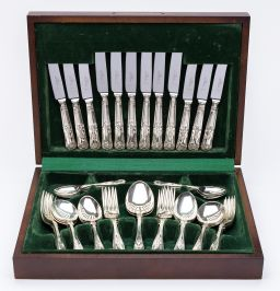 Sale 9150J - Lot 25 - Excellent quality English silverplate Kings pattern cutlery service, 6 place settings with serving spoons in a fitted timber canteen...