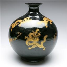 Sale 9164 - Lot 81 - A bulbous Chinese vase featuring gilt dragons (H:30cm)
