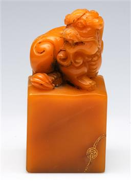 Sale 9164 - Lot 16 - A yellow stone Chinese seal with temple dog finial (H:12cm)