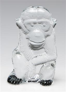 Sale 9253 - Lot 379 - Bertil Vallien for Kosta Boda zoo series, a flat back crystal seated monkey - A/F to one ear (H:10cm)