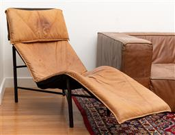 Sale 9239H - Lot 25 - A Le Corbusier style leather reclining chair, H 95cm x W 68cm x L 150cm, some marks.