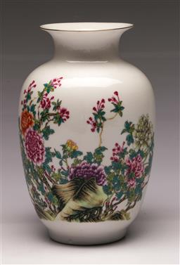 Sale 9110 - Lot 48 - A Chrysanthemum decorated Chinese vase (H:23cm)