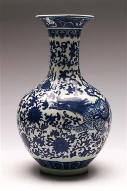 Sale 9128 - Lot 71 - A blue and white Chinese vase (H:33cm)