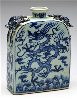 Sale 9238 - Lot 46 - A blue and white Chinese vase featuring dragons and four lizard handles (H:23.5cm)