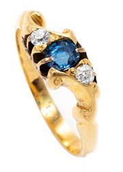 Sale 8905J - Lot 376 - AN ANTIQUE SAPPHIRE AND DIAMOND RING; centring a cushion cut blue sapphire adjacent to 2 Old European cut diamonds in 18ct gold, siz...