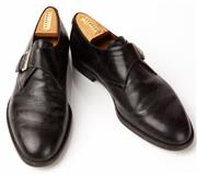 Sale 9080F - Lot 32 - A PAIR OF FRATELLI ROSSETTI MENS DRESS SHOES; with buckle in black leather, Size 8 (shoe last included)