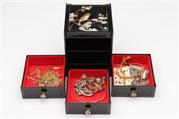 Sale 9136 - Lot 249 - A three drawer jewellery box with contents (H:14cm)