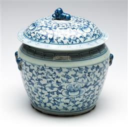 Sale 9253 - Lot 171 - A large blue and white Chinese lidded jardiniere - chips to lid (H:28cm)