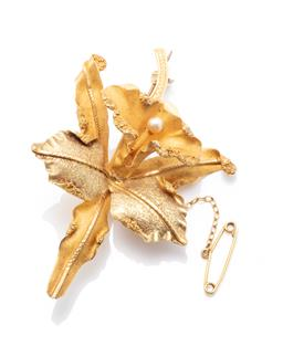 Sale 9260H - Lot 315 - An 18ct gold orchid brooch; set with a faux pearl, size 69 x 44.5mm, with safety chain, wt. 14.66g.